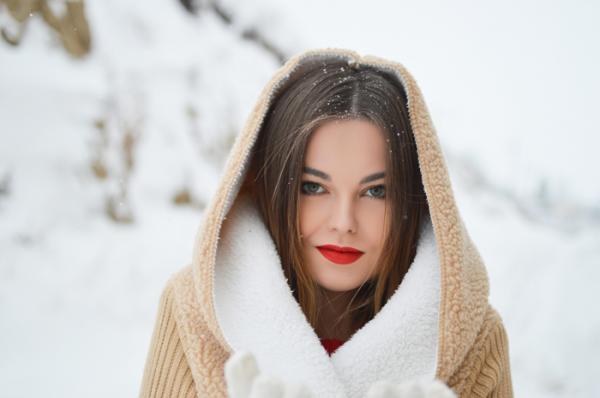 И волос не упадет: вносим изменения в зимний уход за шевелюрой