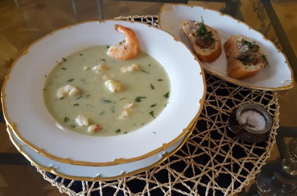 Суп-пюре из брокколи и цветной капусты со сливками, пармезаном и креветками